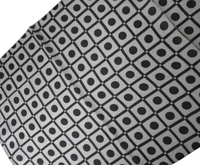 leichter seidenschal kariert punkte kreise schwarz wei. Black Bedroom Furniture Sets. Home Design Ideas